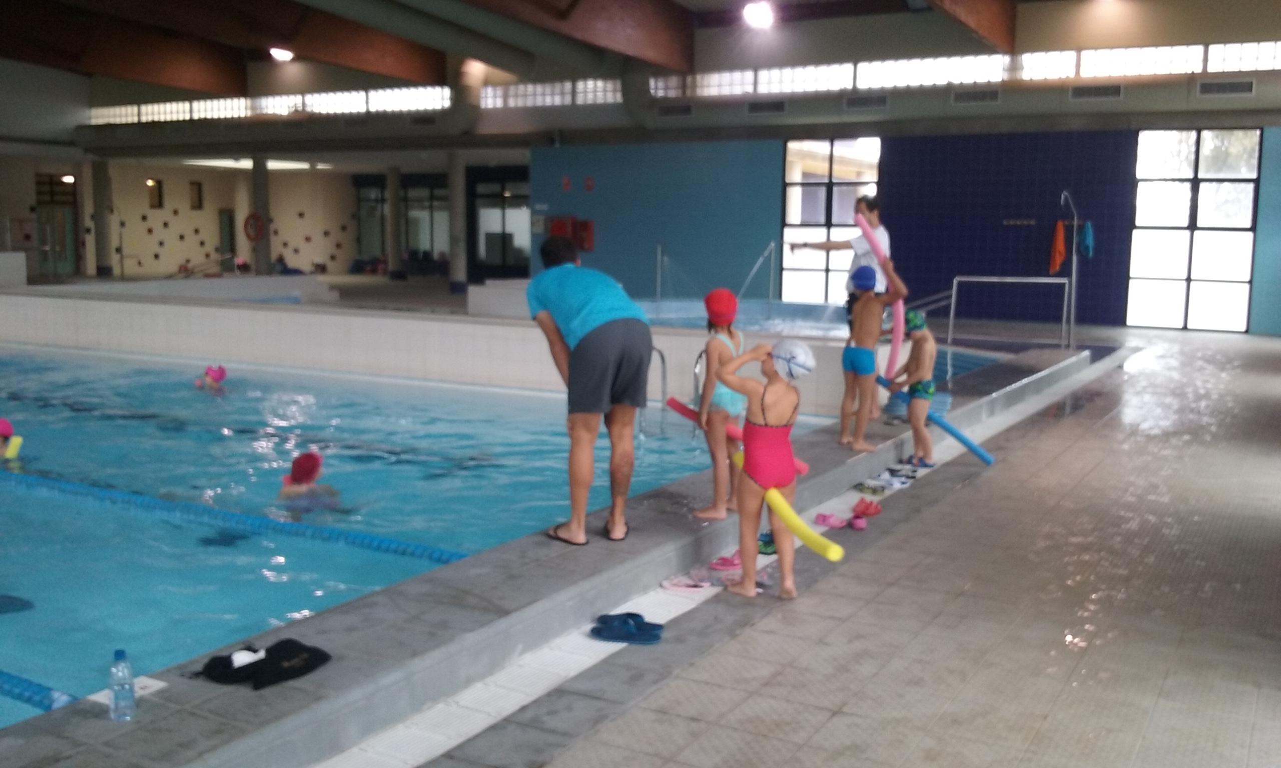 Contin a la temporada de piscina para los colegios del for Piscinas de monzon